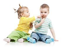 Kinder Mädchen und Junge mit Eiscreme stockbilder