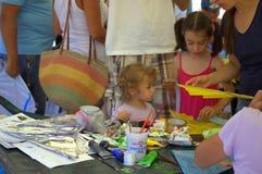 Kinder machen Drachen in der Werkstatt Lizenzfreie Stockbilder