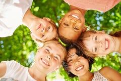 Kinder machen ein Team Lizenzfreie Stockbilder