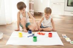 Kinder malen mit roter und grüner Farbe lizenzfreies stockfoto