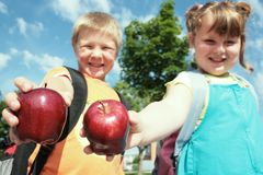 Kinder mit Apfel Stockbilder