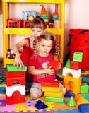 Kinder mit Block im Spielraum. Stockfoto