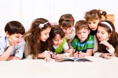 Kinder mit Buch Lizenzfreie Stockfotografie