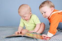 Kinder mit Buch stockbild