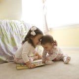 Kinder mit Buch. Lizenzfreie Stockfotos