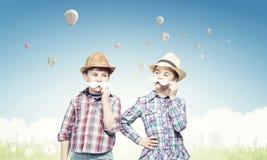 Kinder mit dem Schnurrbart Stockfotos