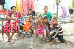Kinder mit der Frau, die in Manado aufwirft Lizenzfreies Stockbild