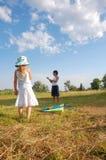 Kinder mit einem Drachen Stockfotografie