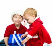 Kinder mit einem Geschenk Lizenzfreie Stockbilder