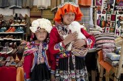 Kinder mit einem Lamm an Pisac-Markt in Peru Stockbilder
