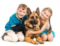 Kinder mit einem Schäferhund Stockfoto
