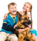 Kinder mit einem Schäferhund Lizenzfreies Stockbild
