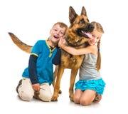Kinder mit einem Schäferhund Lizenzfreie Stockfotos