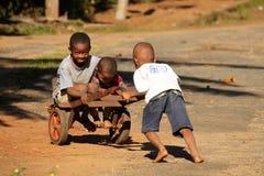 Kinder mit einer Laufkatze Stockfoto