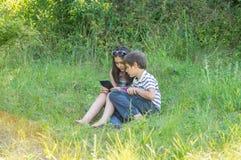 Kinder mit einer Tablette Lizenzfreie Stockfotos