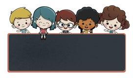 Kinder mit einer Tafel lizenzfreie stockfotos