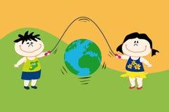 Kinder mit Erde. lizenzfreie stockfotos