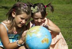 Kinder mit Erdkugel Stockfotografie