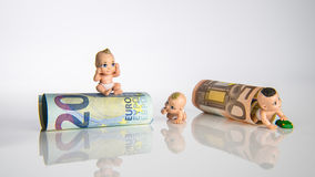 3 Kinder mit Eurogeld Stockbilder