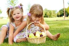 Kinder mit Frucht Stockbilder