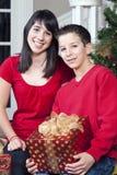 Kinder mit Geschenken lizenzfreie stockbilder