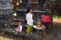 Kinder mit Geschenken auf einer Balinesezeremonie Lizenzfreie Stockfotografie
