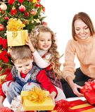 Kinder mit Geschenkkasten nahe Weihnachtsbaum. Lizenzfreies Stockbild