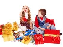 Kinder mit Geschenkkasten und -bonbon. Stockbilder
