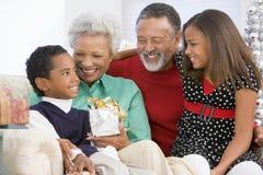Kinder mit Großeltern am Weihnachten lizenzfreie stockbilder