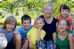 Kinder mit Großmutter Lizenzfreie Stockfotografie