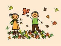 Kinder mit Herbstlaub Stockfotografie