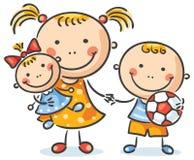 Kinder mit ihrem Spielwarenhändchenhalten Stockfoto