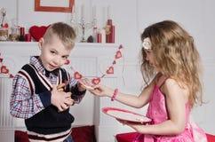 Kinder mit Inner-förmigen Kuchen Stockfoto