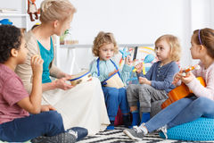 Kinder mit Instrumenten stockfotografie