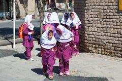 Kinder mit islamischer Schuluniform Stockbild