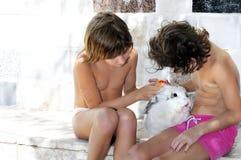 Kinder mit Kaninchen und Vogel Lizenzfreie Stockfotos