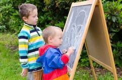 Kinder mit Kreiden Lizenzfreie Stockfotos