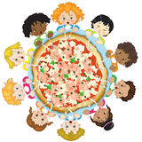 Kinder mit Pizza Stockfotos