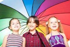 Kinder mit Regenschirm Lizenzfreie Stockbilder