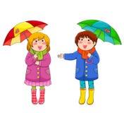 Kinder mit Regenschirmen Stockfoto