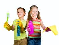 Kinder mit Reinigungsmittel lizenzfreie stockbilder