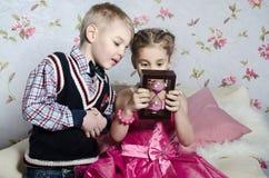 Kinder mit Sandglass Stockfoto