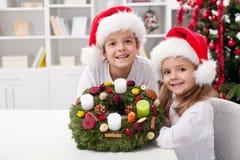 Kinder mit Selbst verzierten Aufkommen Wreath Stockbilder