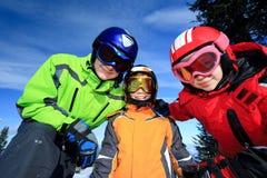 Kinder mit Skischutzbrillen Stockfotos