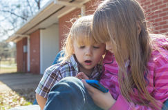 Kinder mit Smartphone lizenzfreies stockfoto
