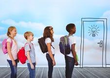 Kinder mit Taschen vor Himmelwolken und Tür mit Birne Stockbilder