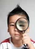 Kinder mit Vergrößerungsglas Stockfotos