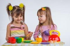Kinder mit Vorstand Stockfotos