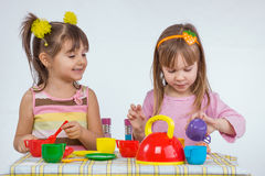 Kinder mit Vorstand Stockbild