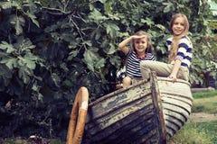 Kinder mit Vorstand lizenzfreies stockfoto